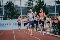 Jakub Davidík (vpravo) dobíhá jako druhý do cíle závodu na 1 500 metrů na víkendovém MČR do 22 let v Plzni.