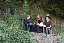 Přírodní scéna v Josefově huti nabídla divákům černou komedii 2v1. Truchlící vdovu zahrála Lucie Kracíková, která se na pohřbu manžela měla dozvědět jeho velké tajemství. o paradoxní a vtipné situace tak nebyla nouze.