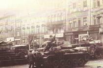 Náměstí Republiky v Plzni 6. května 1945. Bob Lemmons (na tanku) při likvidaci ostřelovačů