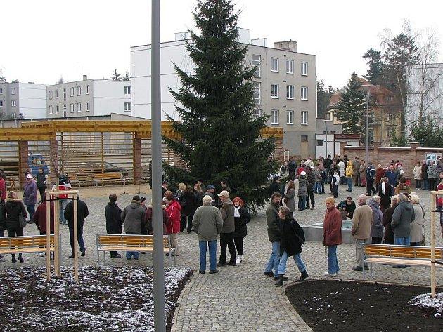 Projevem starosty byl zahájen slavnostní akt otevření nového náměstní v Konstantinových Lázních. Plzeňský biskup František Radkovský požehnal nové fontánce na náměstí. Na oslavě hrála Hudba hradní stráže a policie