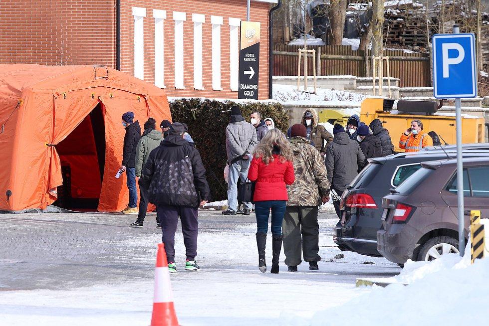 Pendleři a řidiči kamionů čekající na test na koronavirus v centru obce Rozvadov na Tachovsku.