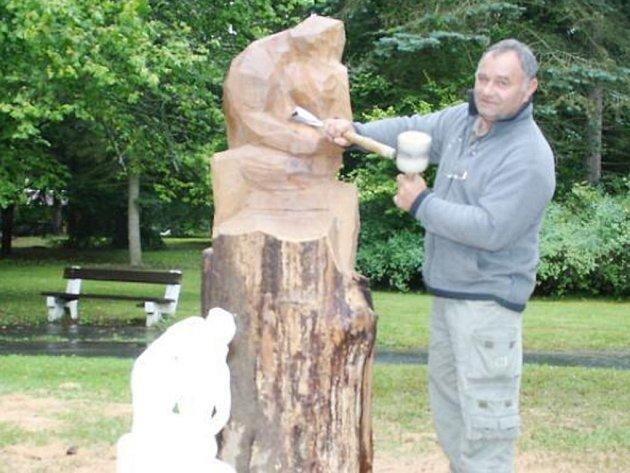 BARTOLOMĚJ ŠTĚRBA si pro svoji dřevěnou sochu milující se dvojice vybral sádrovou předlohu.