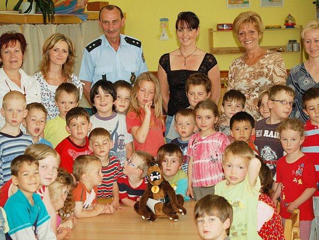 Policisté darovali školce deset tisíc korun