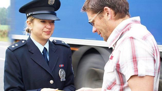 Policejní mluvčí Dagmar Jiroušková předává vzornmému řidiči alkohol – tester.