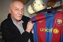 Josef Jadlovský s dresem s Messiho podpisem.