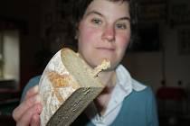 VERONIKA LANDOVSKÁ ze Studánky se čtvrtkou chleba, ve které našla zapečenou třísku.