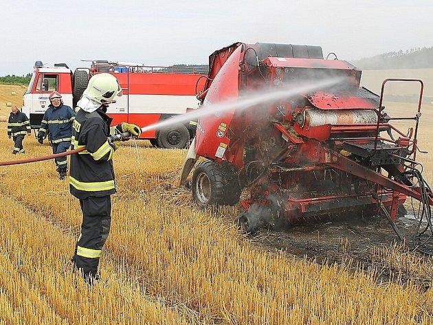 Hasiči z Tachova a Plané likvidují požár balíkovače, který vzňal vinou technické závady.