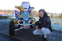 Tachov - Čtyřkolku, se kterou pojede slavnou Rallye Dakar 2018, představila v pondělí v areálu čerpací stanice Benzina na dálnici D5 u Kladrub závodnice Olga Roučková.