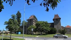Hradební věže z doby Karla IV. dostávají nové šindele