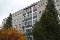 Kompletní výměna prosklené západní stěny, schodišťových oken a vstupních dveří, čeká v letošním roce polikliniku v Tachově