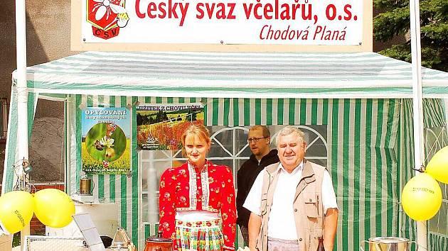 RODINNÁ TRADICE. Jindřicha Janocha (na snímku po boku Elišky Janochové) jsme zastihli ve stánku na Chodských Svatojánských slavnostech.