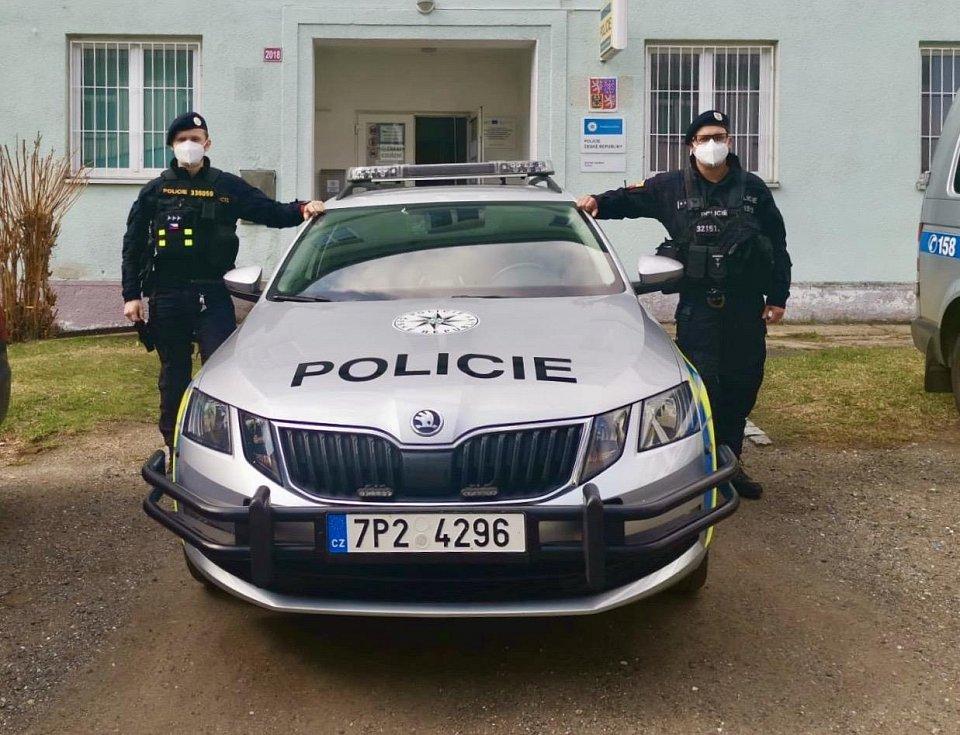 Policisté Kamil Tylka a Stanislav Vávra, kteří neváhali, a zachránili trojici dětí z hořícího domu.