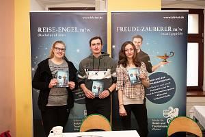 Dva absolventi, kteří studují v Německu obor Hotel- und Tourismusmanagement.