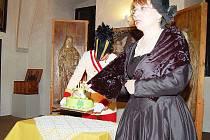JANA HUTNÍKOVÁ, ředitelka tachovského muzea pronáší projev při čtvrteční vernisáži v tachovském muzeu a Pavel Voltr v uniformě hraběte Windischgrätze přináší narozeninový dort .