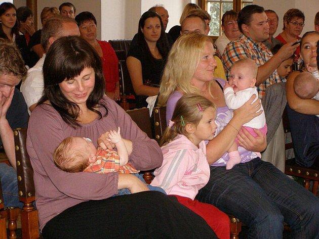 Devět malých občánků města Stříbra se ve středu odpoledne sešlo v obřadní síni stříbrské radnice.