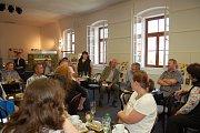 Starostka města Kladruby Svatava Štěrbová hosty ze všech koutů České republiky uvítala v kladrubském muzeu.
