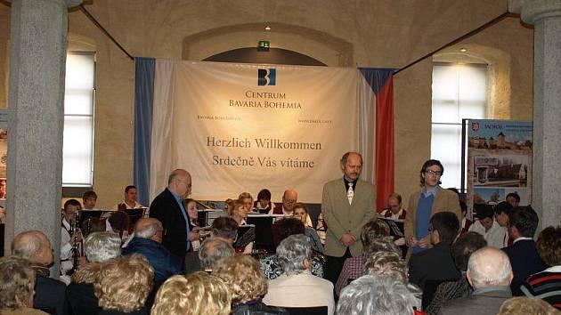 V poslední den prezentace města Tachova v bavorském Schönsee vystoupil Dechový orchestr mladých Tachov pod vedením Josefa Kadlece (uprostřed).