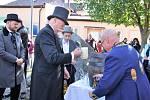 Prvního prezidenta republiky T.G. Masaryka krátce po příjezdu do Chodové Plané přivítaly děti z místní Základní školy chlebem a solí. Poté se první prezident vydal pozdravit všechny přítomné návštěvníky na náměstí