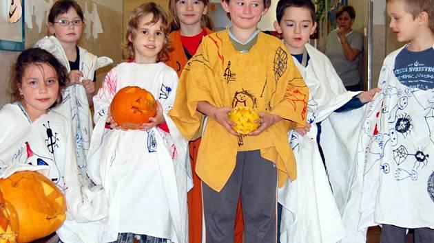 Děti ze Základní školy v Kostelní ulici v Tachově prožily z pátku na sobotu kouzelnou helloweenskou noc.