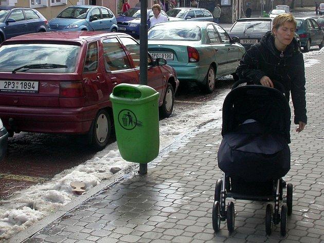 Maminky s dětmi marně hledají místa, kde by pro ně bylo přednostní parkování. Nezbývá jim tedy, než vůz odstavit na jiném volném místě a za nákupy vyrazit i několik stovek metrů.