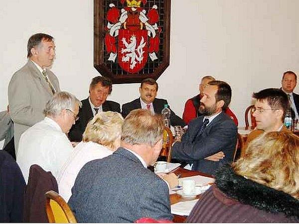 Starosta Plané Karel Vrzala společně se starosty dalších obcí tachovského okresu podepisují výzvu VZP, ve které požadují neprodlené uzavření rámcové smlouvy s plánskou nemocnicí. Podepsanou výzvu předají zástupci starostů Tachovska řediteli VZP ČR osobně.