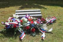 Zástupci města a armády položili v pondělí odpoledne květiny k památníku americké armádě v Tachově.