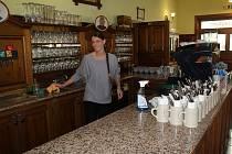 Švejk restaurant na Rozvadově otevře v sobotu. Výčepní pult připravovala v pátek Kristýna Kapusňáková.