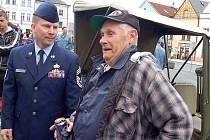 Konvoj amerických historických vojenských vozidel zastavil na tachovském náměstí