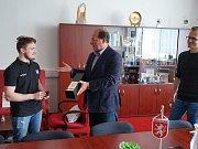 Zástupci města na úřadě přijali hokejistu Františka Klejnu.