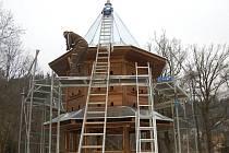 HOLUBNÍK OPĚT ZDOBÍ SVĚTCE. Repliku altánu s holubníkem, původní stavby z roku 1932, dokončují v těchto dnech řemeslníci v osadě Světce.