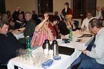 Zastupitelé hlasují v úvodu veřejného jednání o programu schůze. V ní mimo jiné odmítli zvýšení poplatku za odpady.