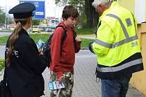 CHODEC MÁ jít po pravé straně přechodu. Patrik Haník byl poučen, dostal letáček a dárek.