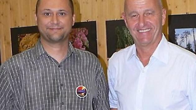STŘÍBRSKÝ AUTOR sci–fi povídek Jan Vavřička (vlevo) se svým velkým literárním vzorem, spisovatelem Ondřejem Neffem.