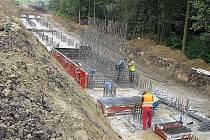 Výstavba opěrné zdi v parku v Chodové Plané.