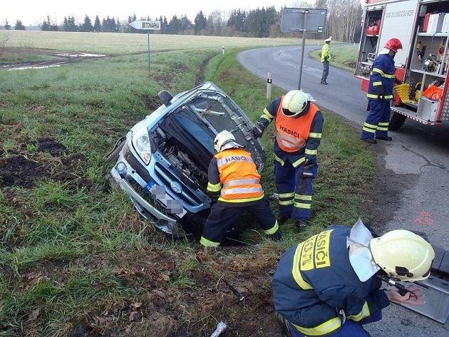 Zranění utrpěla řidička osobního vozu, se kterým havarovala v pátek ráno v Čečkovicích.