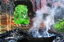 HOŘÍCÍ gumy na spáleništi v lodi kostela svatého Jána u Kočova jsme viděli sami na vlastní oči.