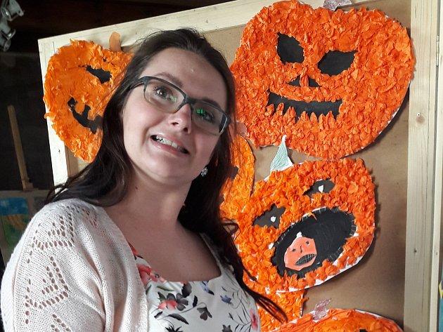 Autorka výstavy a učitelka výtvarného oboru Základní umělecké školy Stříbro Veronika Šatrová.