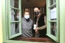 Michaela Dvořáková (vpravo) musela ve své restauraci značně omezit provoz. Vaří jen hotovky.