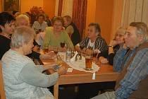 Na společenský večer v Černošíně se dostavilo přibližně dvacet účastníků.