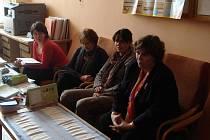 POSLANKYNĚ IVANA LEVÁ (vpravo) při rozhovoru s učiteli ve starosedlišťské základní škole.