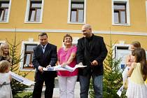 Od soboty mají obyvatelé Broumova k dispozici rekonstruovaný objekt bývalé školy s obecním úřadem, klubovnami, knihovnou a společenským sálem.