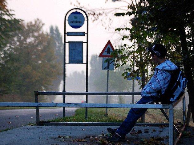 Z autobusové čekárny ve Velkých Dvorcích (na snímku) už zůstalo pouze kovové torzo. Také ona podlehla nekonečnému řádění vandalů.