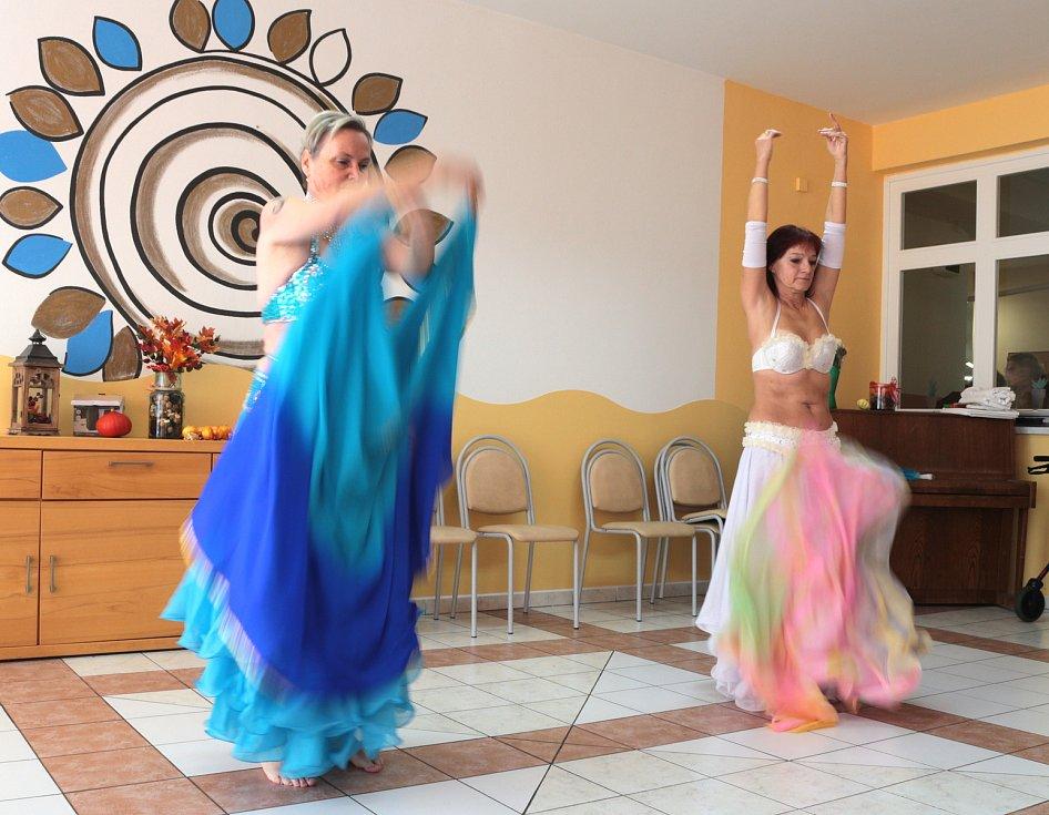 Den otevřených dveří se konal také v tachovském domově pro seniory v Panenské ulici. V rámci akce pro seniory vystoupily také orientální tanečnice.