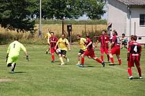 Vítězem turnaje v Trpístech se v sobotu stali hráči Křelovic (v červených dresech), kteří vyhráli všechna svá utkání