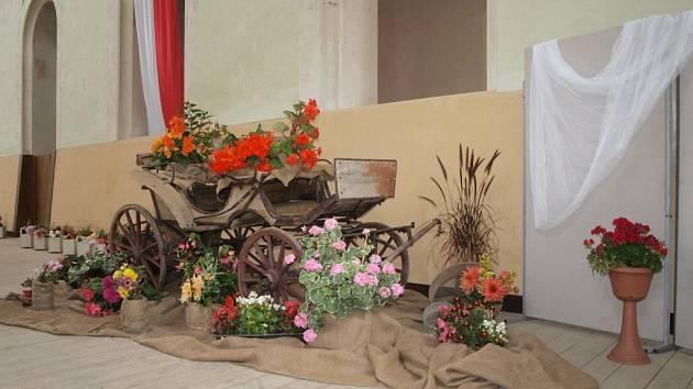 Světeckou jízdárnu zkrášlily květiny.