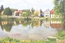 TUNĚCHODY mají malebnou staročeskou náves s rybníkem.