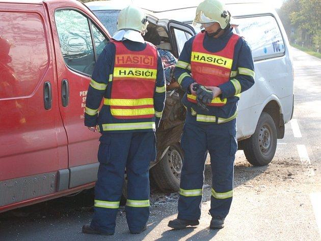 Při čelním střetu dodávek zemřeli dva lidé