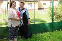 NA SVOJI RODNOU CHALUPU se v sobotu přijela do Bíletína podívat Věra Kunclová z Tachova (vlevo). Doprovodila ji kamarádka Marie Holmanová z nedalekého Lomu, kam chodily obě do školy.