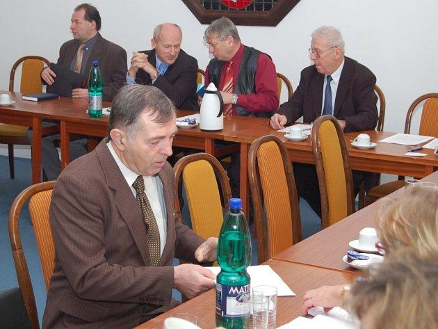 Starostové při svém pondělním setkání. Zúčastnil se ho také starosta Plané Karel Vrzala (vpředu).