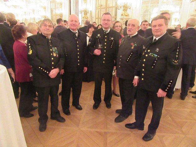 Ze společenského setkání v prostorách Pražského hradu.